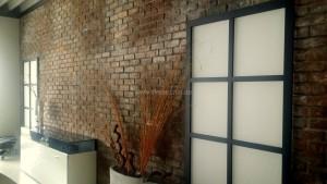 Ladenbau - Ziegelsteinwand im Einrichtungshaus in Geislingen